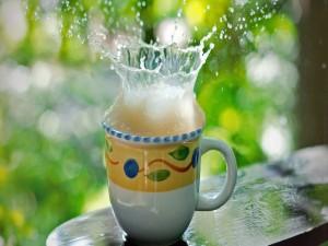Salpicadura en una taza con limonada