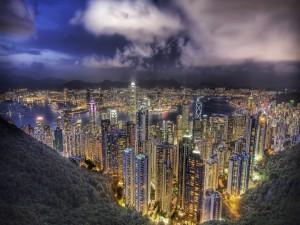 Postal: Edificios iluminados en la noche de Hong Kong
