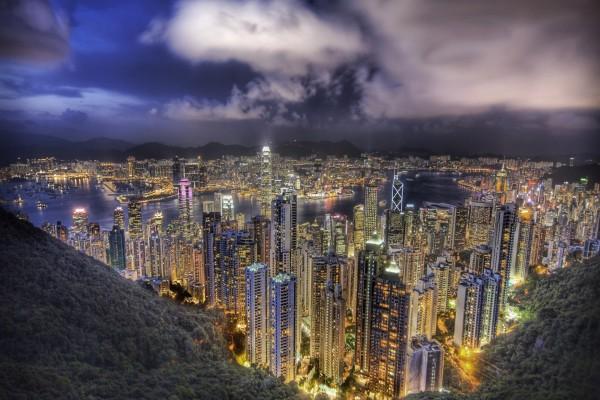 Edificios iluminados en la noche de Hong Kong