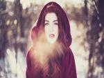 Mujer en en un frío día de invierno