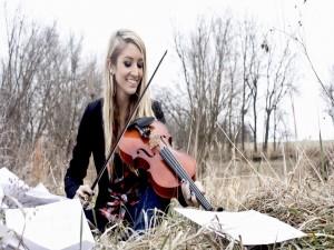 Postal: Mujer con un violín en el campo