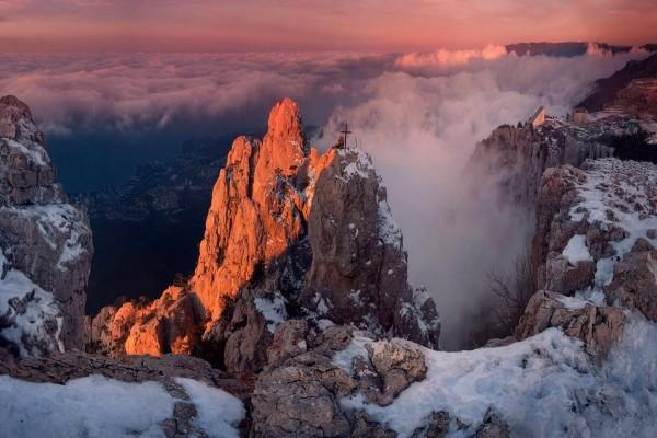 Cruz en la cima de la montaña
