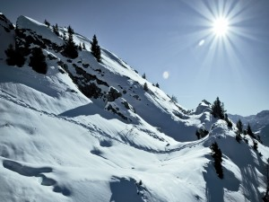 Sol que brilla en la montaña blanca