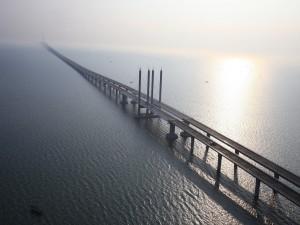 El impresionante puente de la bahía de Qingdao (China)