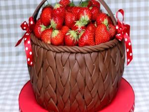 Canasta de chocolate con fresas