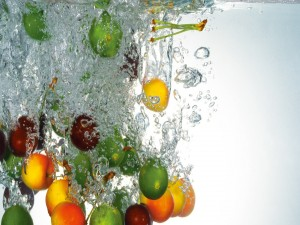 Postal: Unas frutas caen al agua