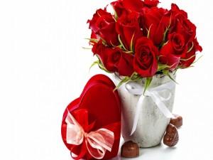 Postal: Rosas rojas y bombones para San Valentín