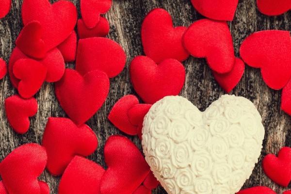 Pastel blanco con forma de corazón para festejar San Valentín
