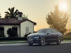 Audi A7 junto a una casa