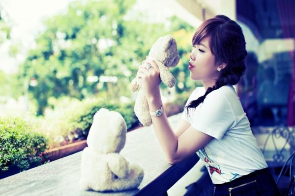 Chica con dos osos de peluche