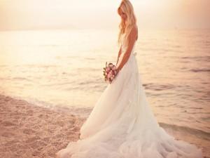 Preciosa novia en una playa