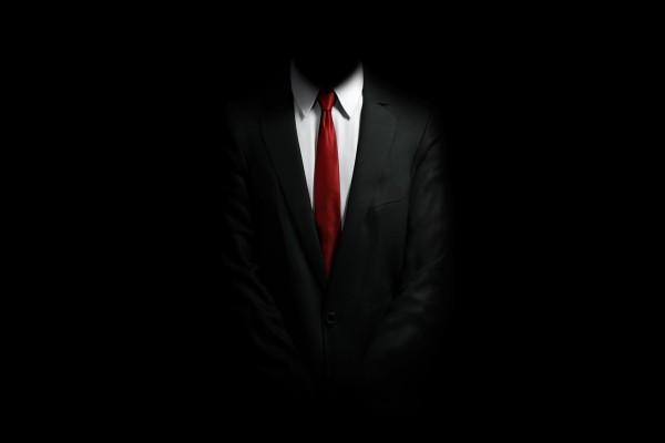 Hombre trajeado en la oscuridad
