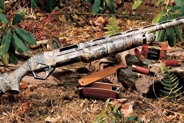 Arma y cartuchos en un bosque