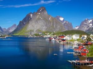 Casas junto a un fiordo en Noruega