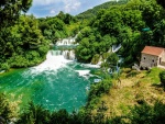 Cascadas en rocas y el bosque (Croacia)