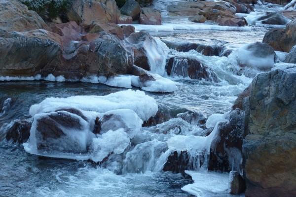 Corriente de agua congelada
