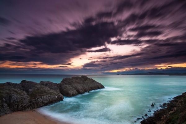 Bonito cielo al amanecer sobre el mar