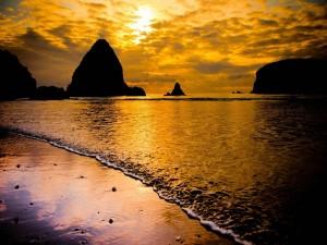 Postal: Cielo dorado sobre el océano