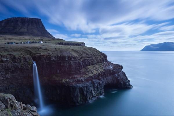 Pequeña cascada en el acantilado