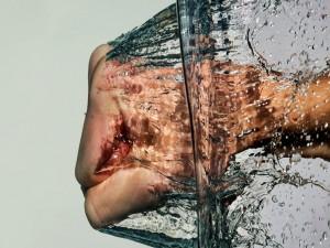 Postal: Lanzando un puñetazo al agua