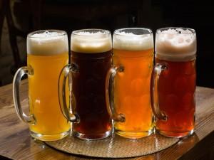 Postal: Una jarras con distintos tipos de cerveza