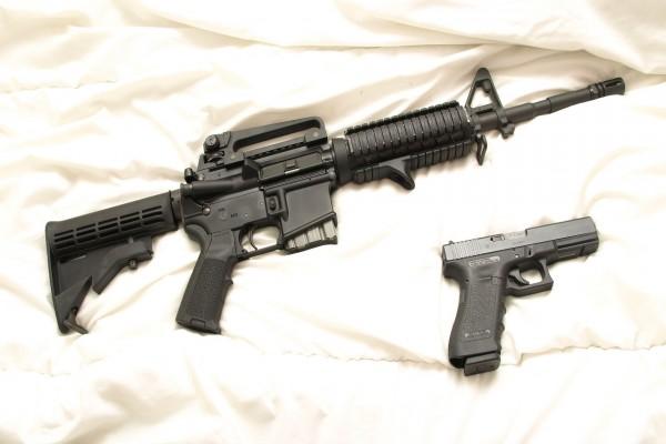 Rifle de asalto y una pistola