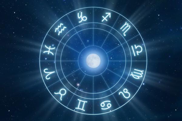 Símbolos zodiacales alrededor de la luna