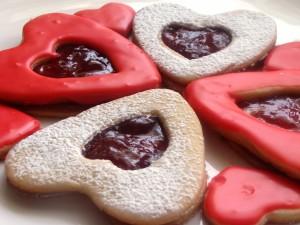 Postal: Ricas galletas en forma de corazón con mermelada de fresa