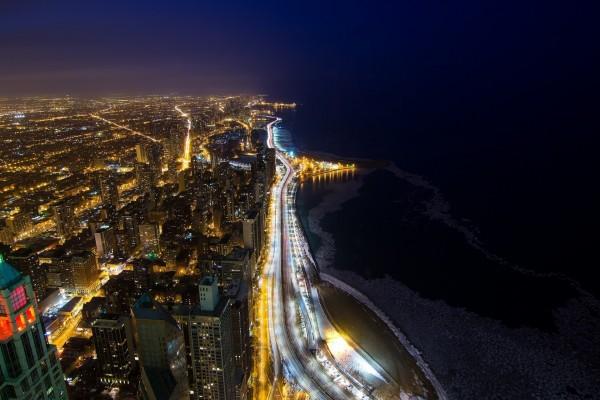 Ciudad costera iluminada en la noche