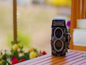 Una antigua cámara de fotos sobre una mesa