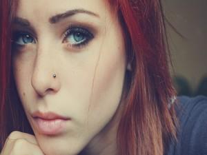 Postal: Una joven de ojos azules