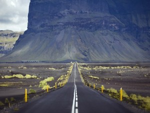 Montaña negra frente a la carretera