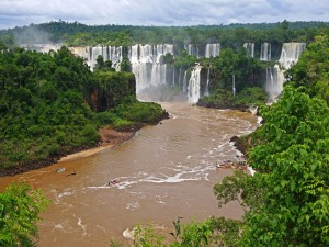 Postal: Turistas admirando las cataratas de Iguazú