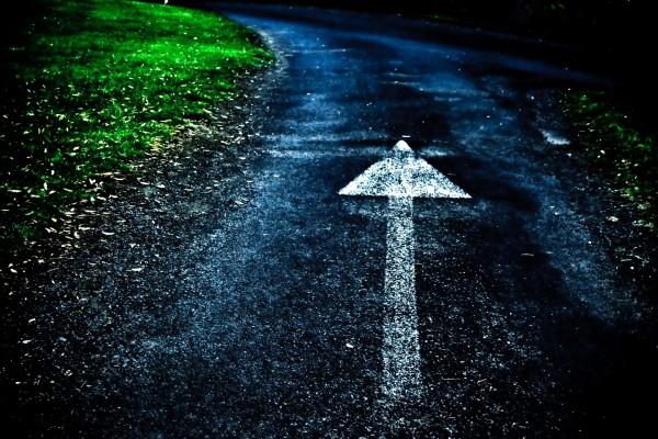 Flecha en una carretera
