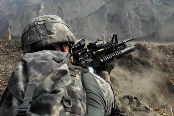 Soldado con un arma en sus manos