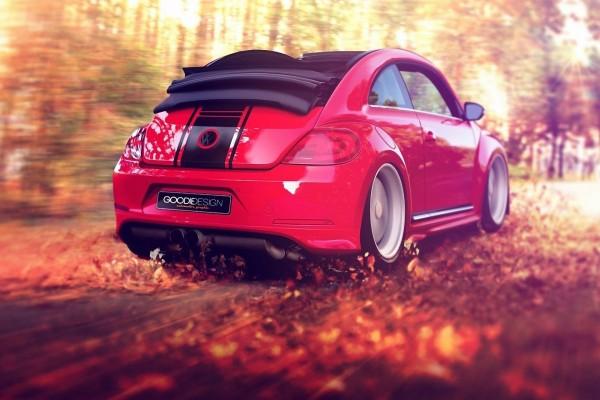 Un bonito Volkswagen rojo circulando en una carretera con hojas otoñales