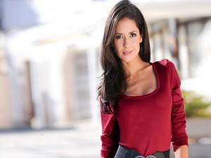 Postal: Chica con una blusa roja