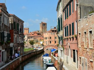 Un canal de Venecia (Italia)