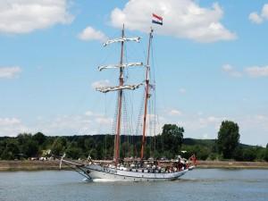 Magnífica embarcación con bandera de los Países Bajos