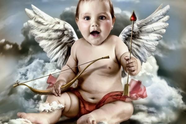 Un hermoso Cupido preparando sus flechas de amor