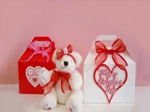 Postal: Osito junto a dos cajas de regalo para el Día de San Valentín