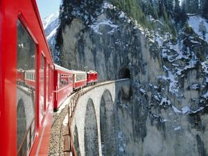 Tren rojo a punto de entrar en un túnel
