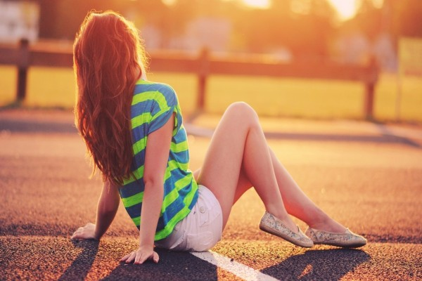 Chica con ropa veraniega