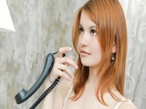 Mujer con un teléfono en la mano
