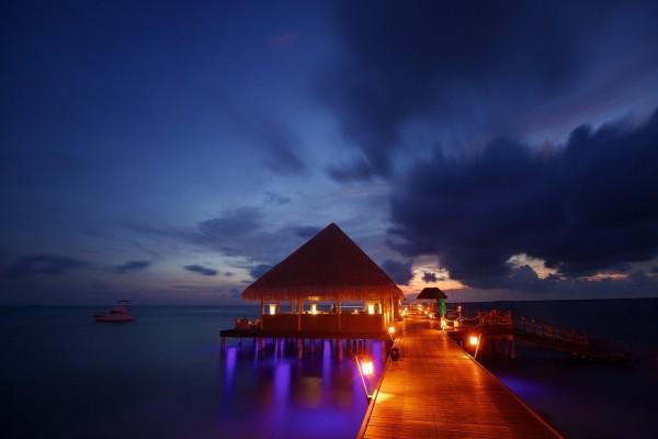 Muelle iluminado sobre el mar