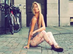 Postal: Chica sentada en una calle
