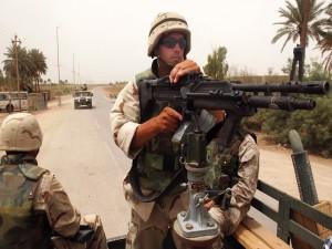 Soldados en una carretera