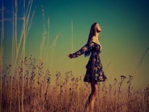 Chica con un vestido de flores en el campo