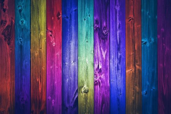Valla de madera pintada de varios colores