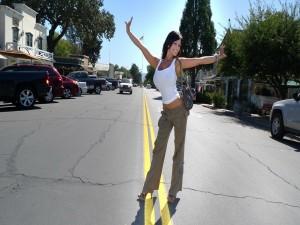 Mujer posando en una carretera